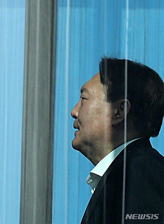 """文대통령 """"검찰 권력 여전히 막강…윤석열 개혁 앞장서야""""(종합)"""