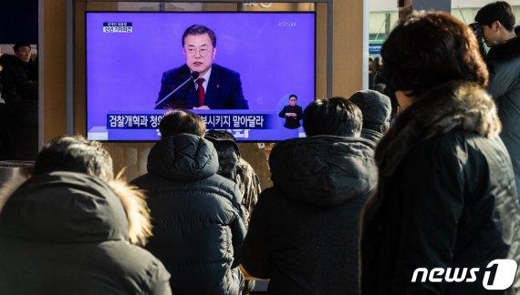 """文대통령 """"윤종원 기업은행장 경력 미달 아냐…비토 옳지 않아"""""""