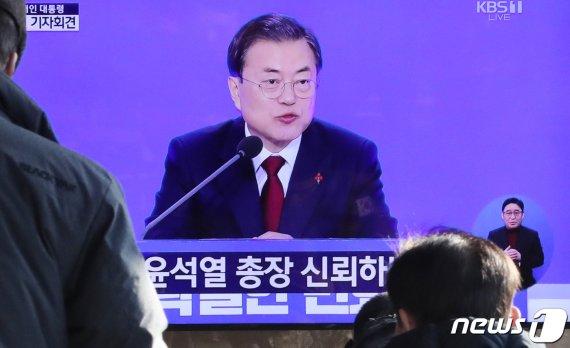 """'윤석열 수족 다 잘랐다'에 文대통령 """"총장에게.."""""""