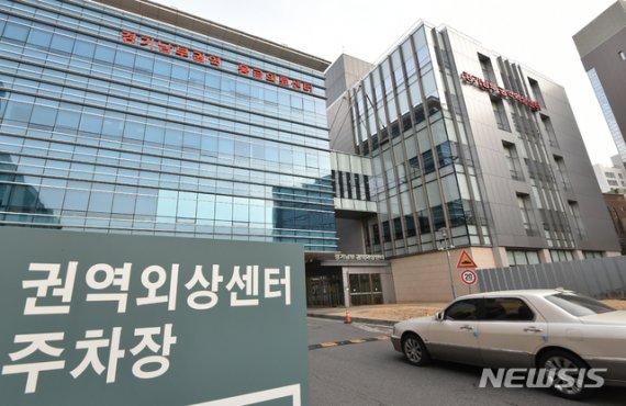 경찰, '이국종 교수에 폭언' 아주대 의료원장 내사