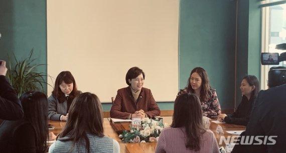 """유은혜 """"유치원 생애 첫 학교…차별 없이 양질의 교육 받아야"""""""