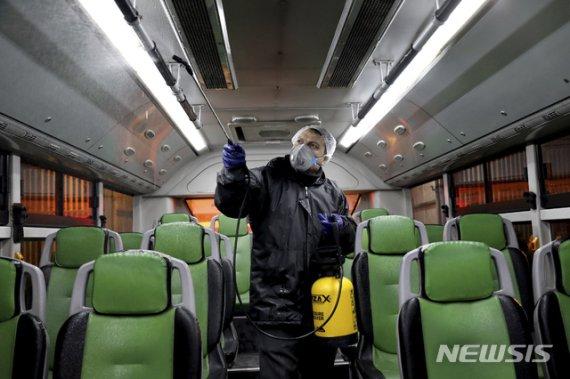 이란서 정부 관료 코로나19 감염 잇따라...중국인 입국 금지