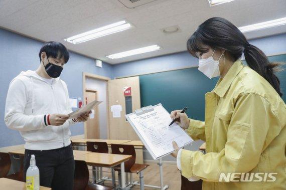 '당근·채찍'에도 서울시내 학원 83%가 문열었다