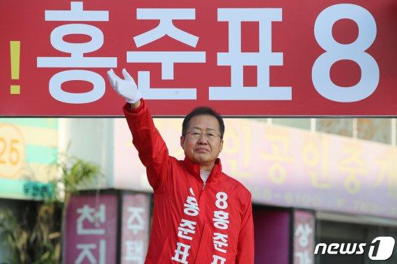 """홍준표 """"15%이상 차이로 압승하겠다""""..여론조사서 7.4% 앞서"""