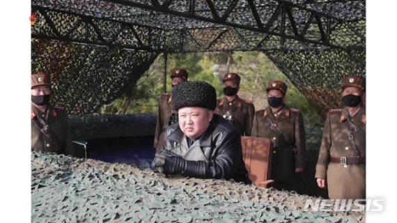 """김정은, 박격포병구분대 포사격 훈련 지도…""""결과 대만족""""(종합)"""