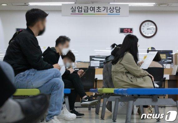 """직장인 91.9% """"코로나19發 경기불황 체감"""""""