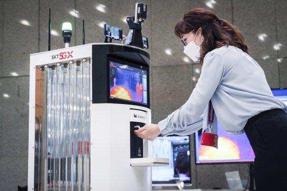 SKT-오므론, 5G·AI 탑재한 코로나19 방역로봇 개발