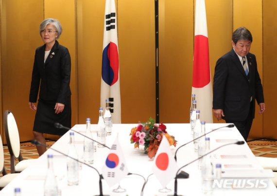 """강경화, 日외무상과 통화…日 수출규제 유지에 """"깊은 유감"""""""