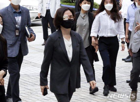 """조국 5촌 조카 """"정경심에 허위컨설팅 자료 전달"""" 증언"""