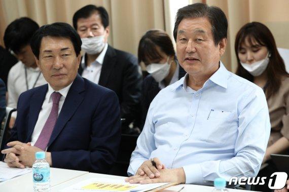 김무성 '보수 재집권 모임' 창립…첫 세미나 '기본소득제' 도마에