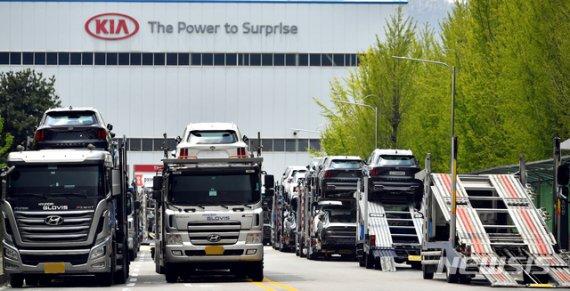"""""""공장 멈추고 쌓인 재고부터 처리""""…식어가는 한국 경제 엔진"""