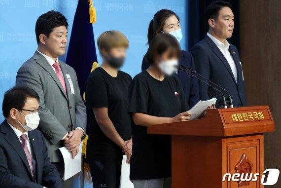 """최숙현 女동료 """"마사지 핑계로 허벅지, 가슴에 손을…주먹으로 가슴 때려"""""""