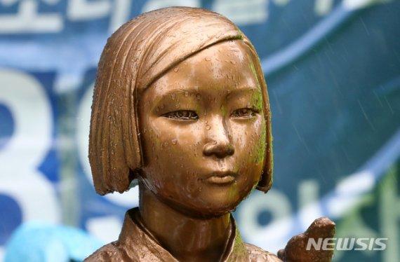 소녀상 앞 무릎 꿇은 아베 동상, 日언론 반응이..