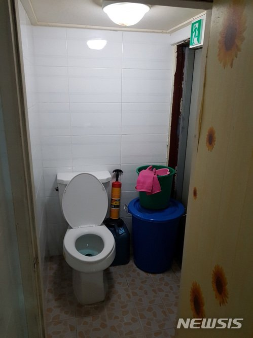 50대 남성 화장실에 가두고 협박한 80대 남성, 왜?