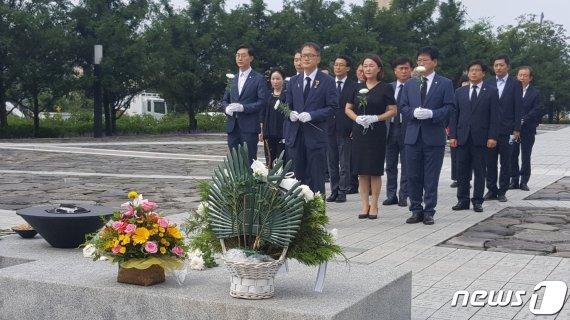 """봉하마을 찾은 박주민, 방명록에 남긴 글 """"상식을.."""""""