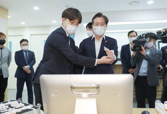 성윤모 장관 '홈재활 규제샌드박스 1호 기업' 방문
