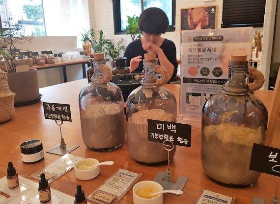 K-뷰티 재도약…국내 첫 '향기 맞춤형 화장품' 매장 등장