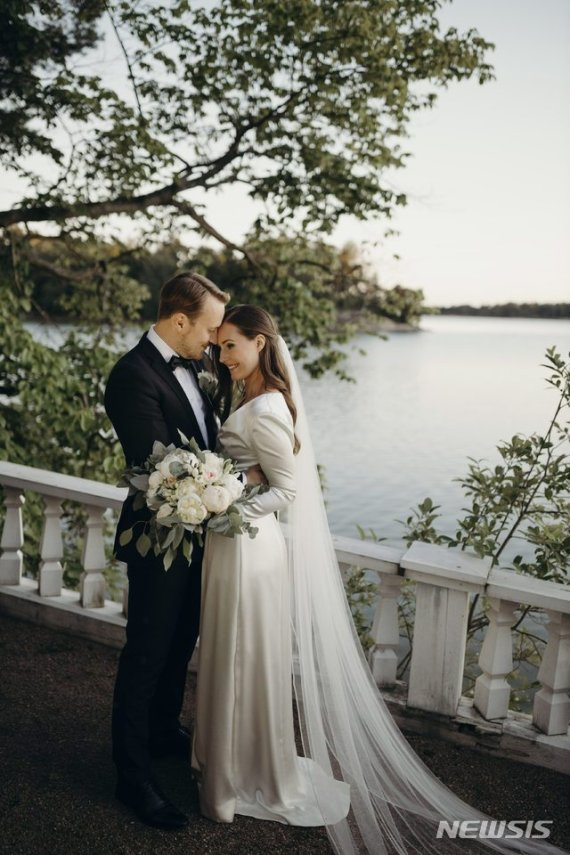 세계 최연소 34세 핀란드 총리, 16년 사귄 연인과 결혼
