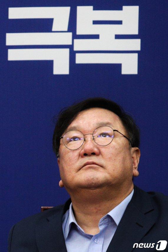 코로나·부동산·지지율 '삼각파도' 닥친 민주…탈출구가 안보인다