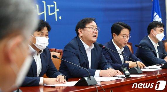 """민주 """"전광훈, 국가방역에 도전"""" 맹공…통합당엔 책임론 포화"""