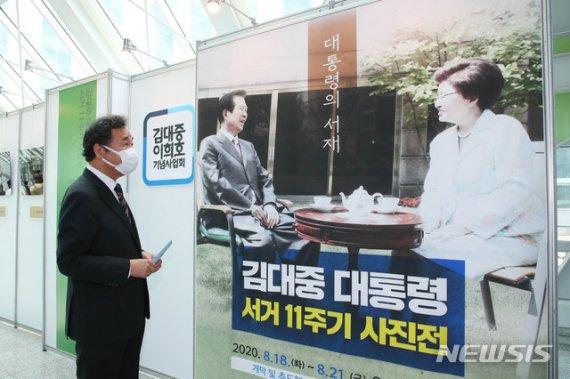 """與 김대중 서거 11주기 추모…""""평화·민주화 꽃피운 지도자""""(종합)"""