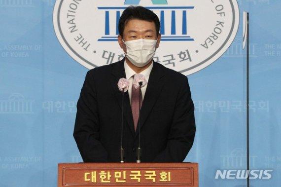 """'아파트 환상' 발언에 윤희숙 """"지적 나태"""", 윤희석 """"어쭙잖게 국민 계몽"""""""
