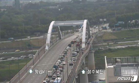 서울 응봉교 위에서 4시간째 고공시위 남성이 요구하는 것
