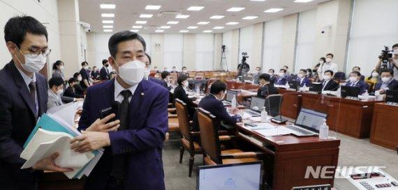 """홍영표 """"쿠데타 세력이 秋 공작""""…장군 출신 신원식 반발·퇴장"""
