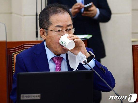 """홍준표 """"국방부가 아니라 추방부…나라 대신 秋아들 지키고 있어"""""""