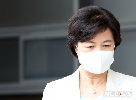 """신원식 """"軍민원전화 목소린 여성, 기록엔 秋남편"""""""