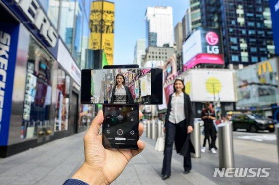 """美출시 앞둔 LG윙, 외신들 반응 """"올해 출시된 스마트폰 중 가장.."""""""