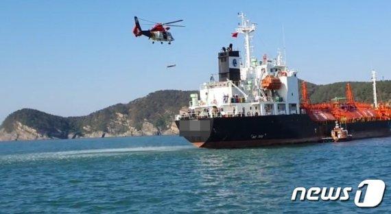 부산해경, 남외항 유조선 응급환자 헬기로 긴급후송