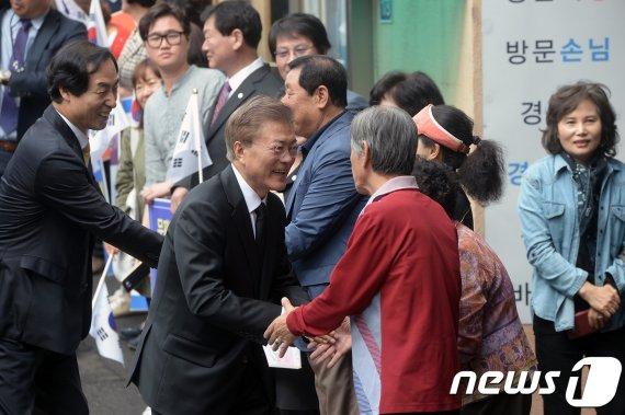 문대통령, 홍은동 아파트 경비원 암투병 소식에 '쾌유기원' 난 보내