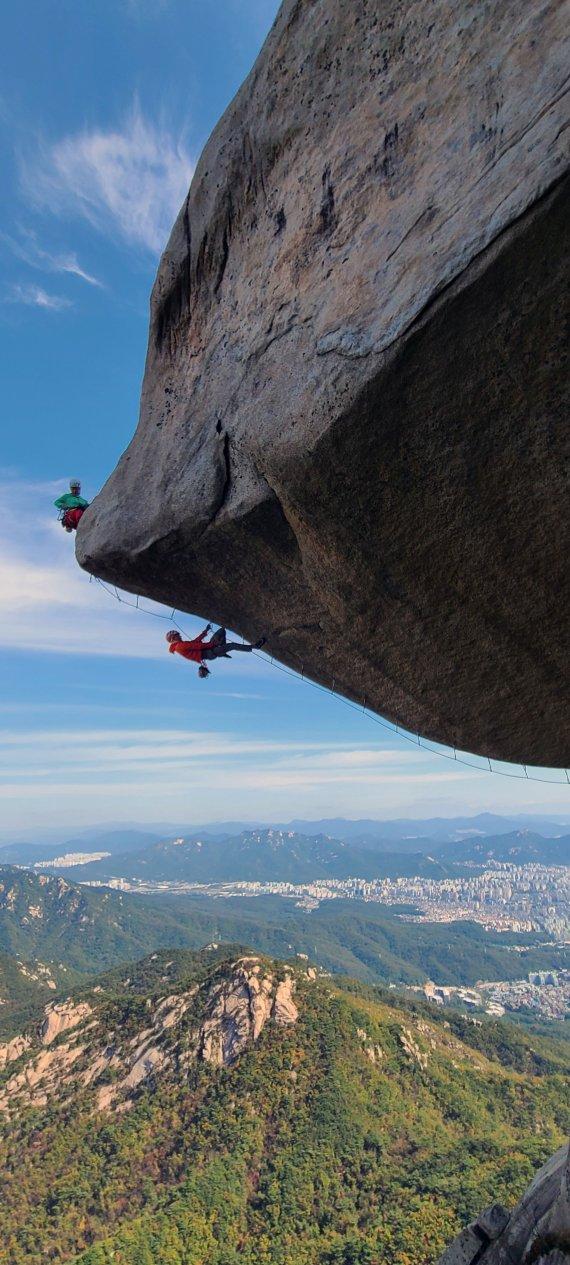 인수봉 등반하는 산악인들