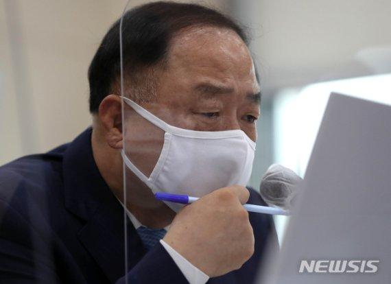 """홍남기 """"대주주 3억, 1.5%만 해당…그대로 유지""""(종합)"""