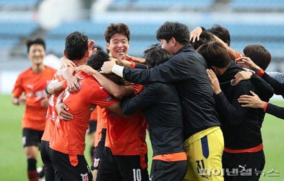 축구장 찾은 최태원 SK 회장…제주, K1 다이렉트 승격 '눈앞'