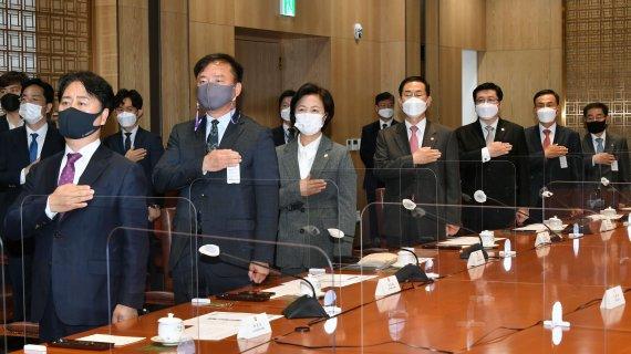 국민의례하는 공수처장 후보 추천위원들