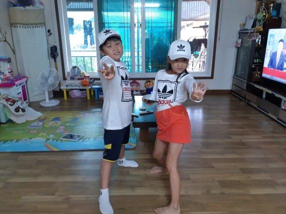 """""""우리도 신기해"""" 시골마을 4가구 쌍둥이 출산…아빠는 '굴착기 기사'"""