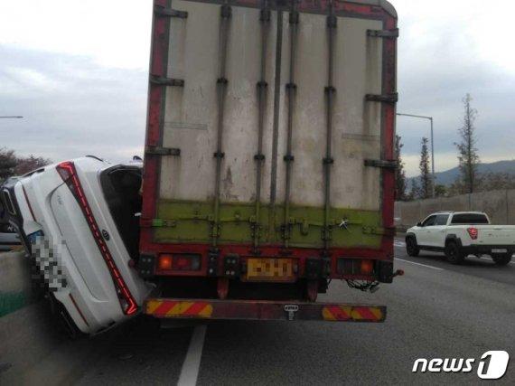 12톤 화물차에 당한 K5의 처참한 모습, 운전자는...