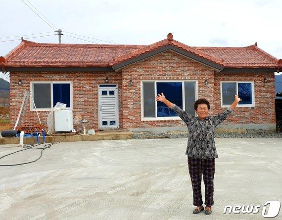 """집 잃은 장애인 할머니에 쏟아진 온정 """"새집 생겼어요"""""""