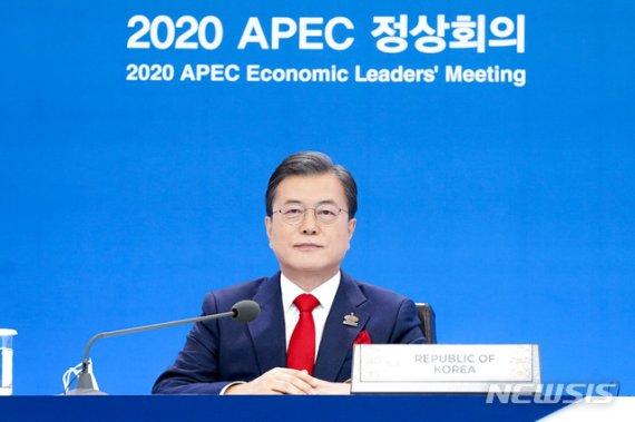 빨간 넥타이 맨 APEC 정상…가상 배경 활용해 단체 사진