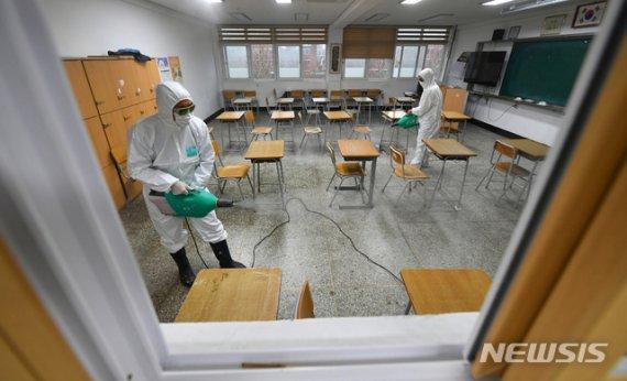 노량진 임용학원發 확진 69명…'3밀' 수업, 확산 최적 환경