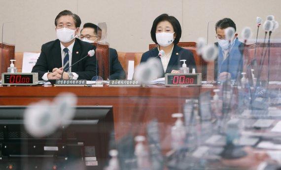 산자위 전체회의 출석한 성윤모-박영선