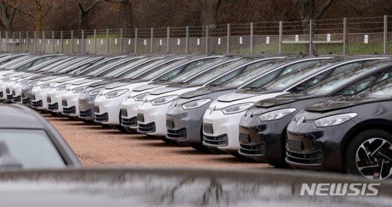 폭스바겐 전기차 판매, 214% 증가…테슬라에 도전 시동