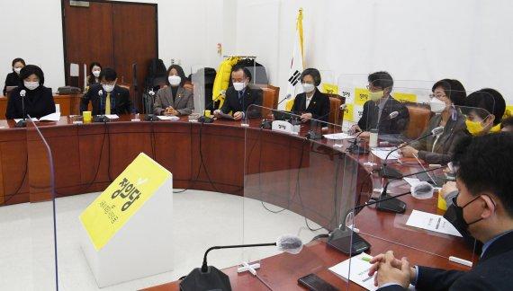 위기의 정의당 제1차 비대위 개최