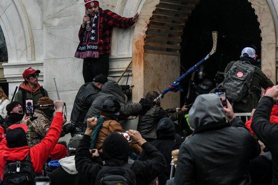 미 의사당 폭동 경찰폭행 용의자, 데이트앱에 덜미