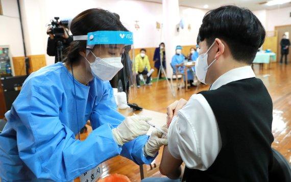 모유 수유해도 백신 접종 가능… 임신부·18세 미만은 제외 [백신 접종 D-3]