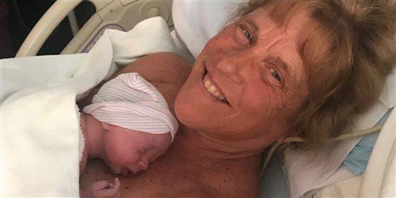 체외수정으로 아들 출산한 57세 여성의 사연