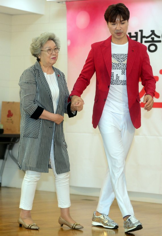 박수홍 갈등 93년생 여친 탓 주장 친형 오늘 고소한다