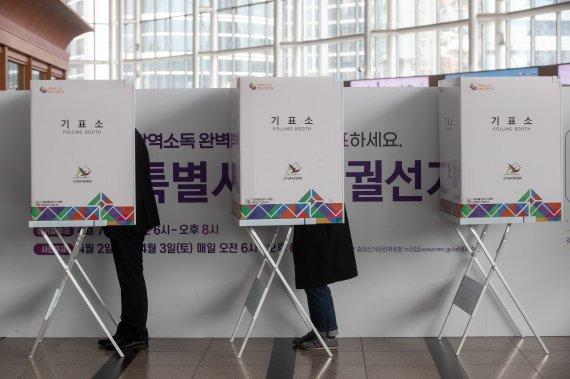 오세훈 '여론조사 앞서자' 서울시 공무원들은 벌써…